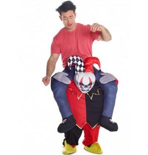 disfraz de payaso bailarn a hombros de un arlequn carry me