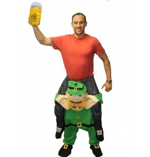 disfraz del irlands patricio a hombros del leprechaun que se lo pasa de vicio carry me