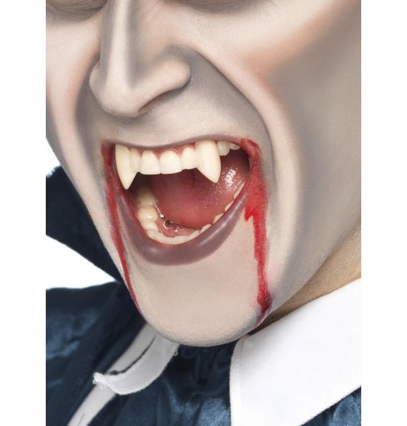 Colmillos de vampiro afilados