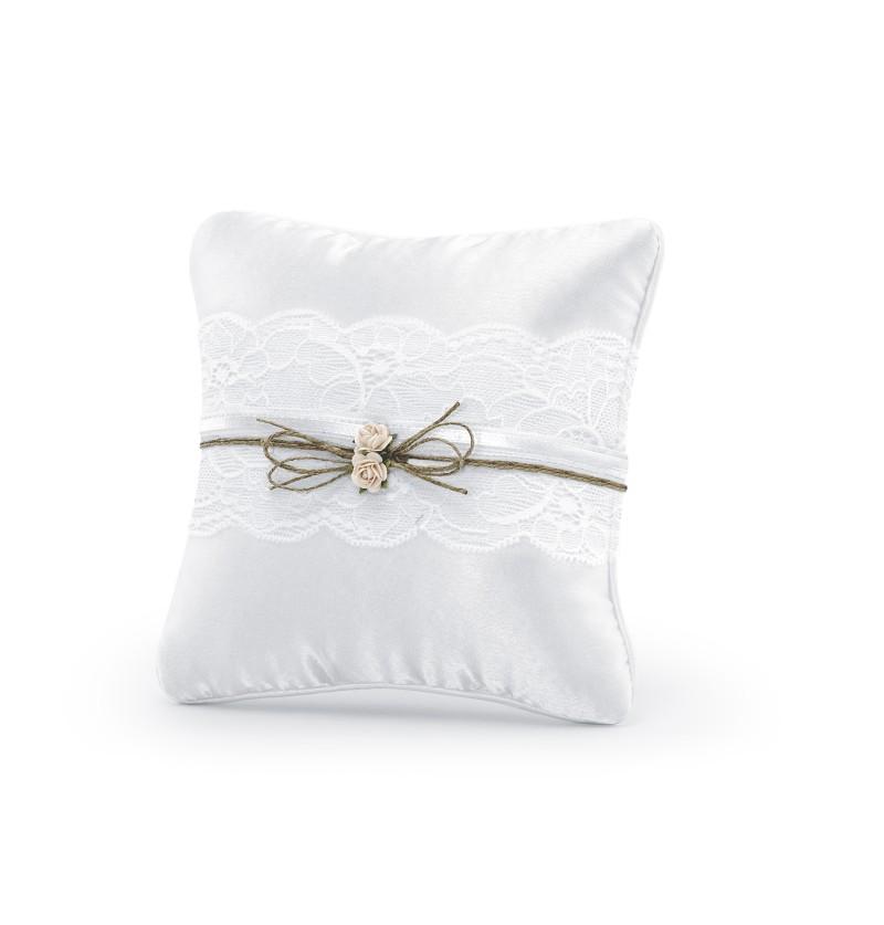 Cojín blanco con puntilla y cinta con flores para anillos